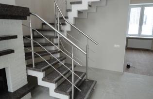 2 лестница на металическом косауре